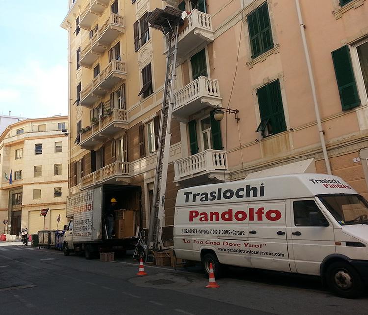 traslochi pandolfo camion medio furgone montacarica 2 - Traslochi a savona